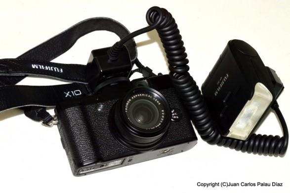 Fuji X140 con cable de extensión y flash Fuji EF-20